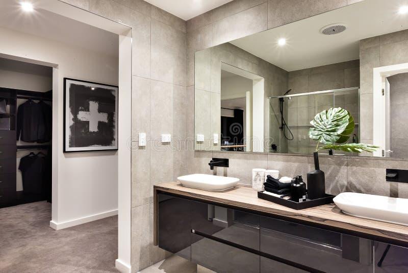 Primo piano moderno del bagno ad uno specchio e ad un - Controsoffitto bagno ...
