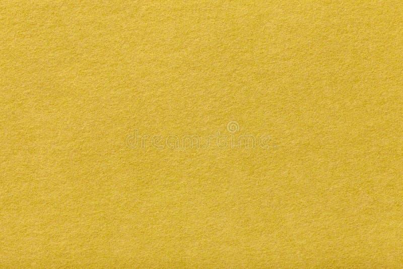 Primo piano opaco giallo-chiaro del tessuto della pelle scamosciata Struttura del velluto di feltro immagine stock