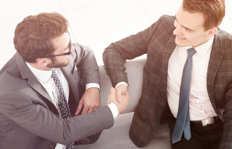 Primo piano partner finanziari della stretta di mano immagini stock