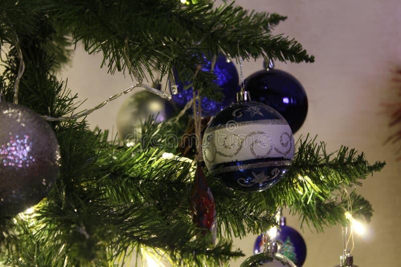 Primo piano per le palle di Natale Palle lucide su un ramo Glowing Gerlyaddy albero di Natale fotografie stock libere da diritti