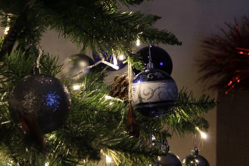 Primo piano per le palle di Natale Palle lucide su un ramo Glowing Gerlyaddy albero di Natale fotografia stock