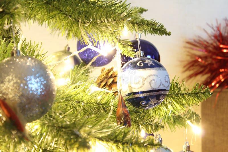 Primo piano per le palle di Natale Palle lucide su un ramo Glowing Gerlyaddy albero di Natale immagine stock