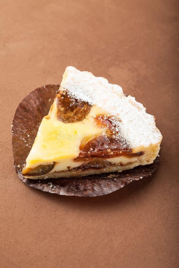 Primo piano, pezzo di torta della prugna con gelatina immagine stock libera da diritti