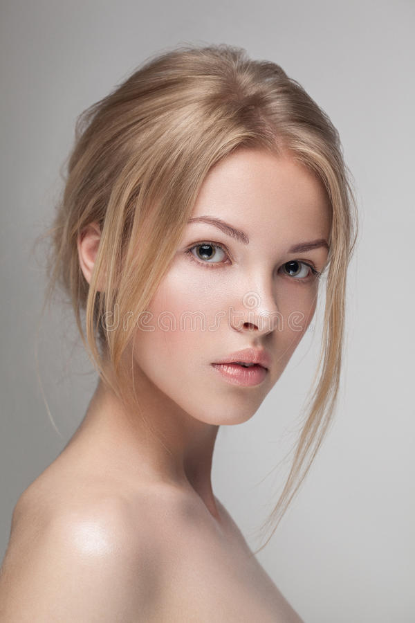 Primo piano puro fresco naturale del ritratto di bellezza di giovane modello attraente fotografia stock