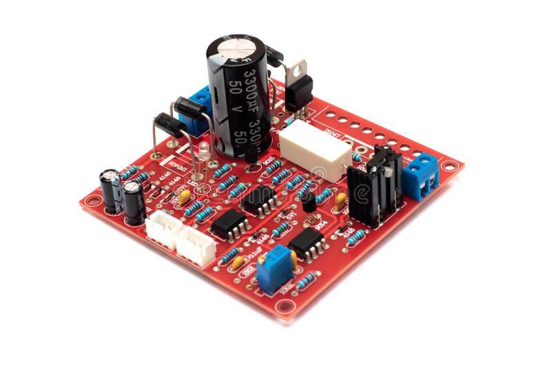Primo piano rosso del circuito, isolato su fondo bianco fotografia stock libera da diritti