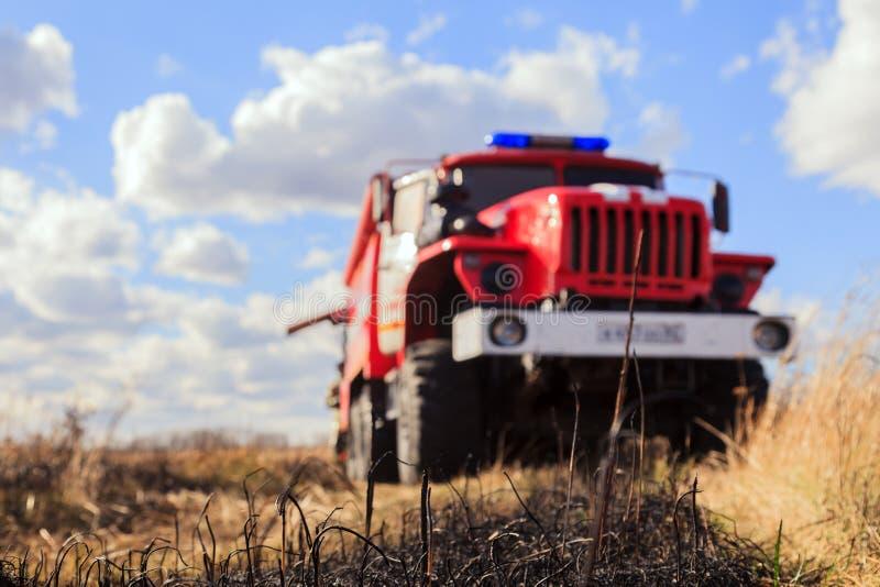Primo piano rosso di Ural del camion dei vigili del fuoco su un fondo vago su un campo immagine stock libera da diritti