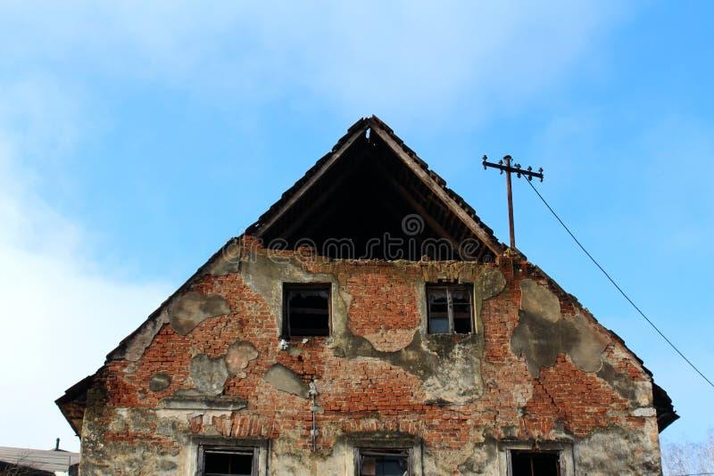Primo piano rovinato abbandonato della casa delle pareti rotte e dei mattoni mancanti fotografia stock