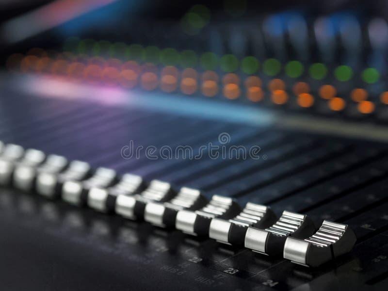 Primo piano sano dello scrittorio di miscelazione dello studio di registrazione Pannello di controllo del miscelatore fotografie stock