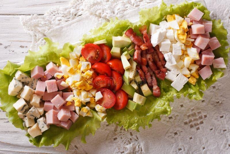 Primo piano saporito dell'insalata di Cobb dell'americano su un piatto sulla tavola Hori fotografie stock libere da diritti