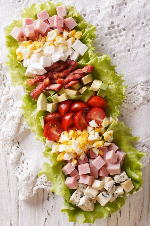 Primo piano saporito dell'insalata di Cobb dell'americano su un piatto sulla tavola Verde fotografia stock