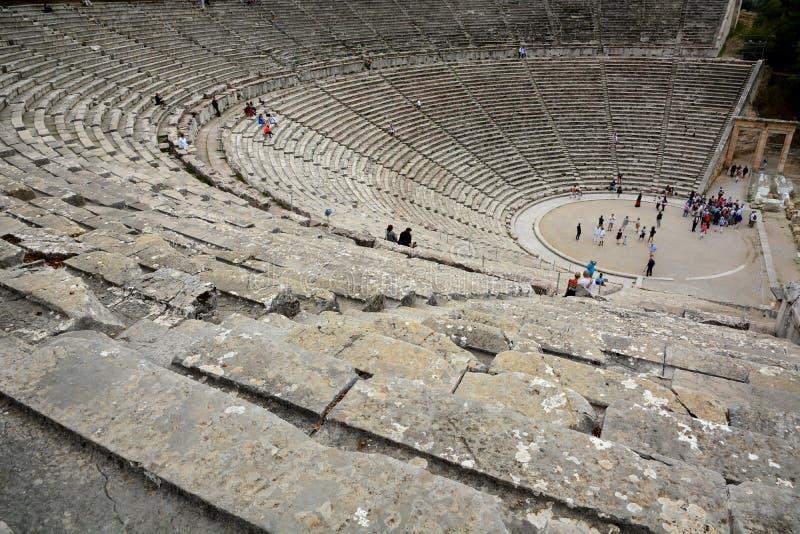 Primo piano: Sedili del teatro di Epidauro del greco antico immagine stock libera da diritti