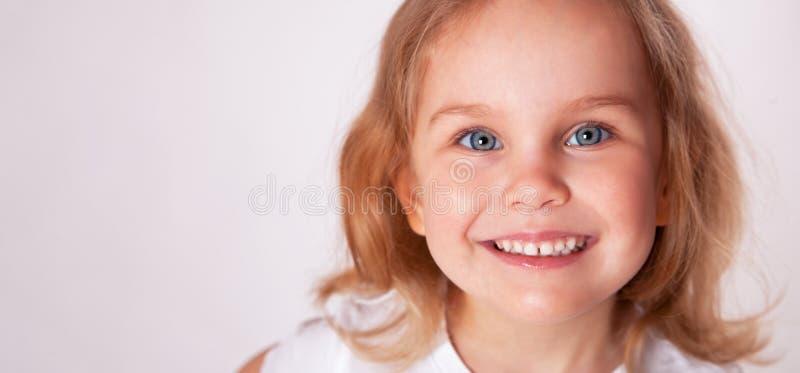 Primo piano sorridente della bambina sveglia fotografia stock