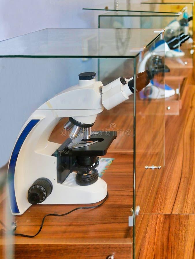 Primo piano sparato del microscopio con la lente del metallo fotografie stock libere da diritti