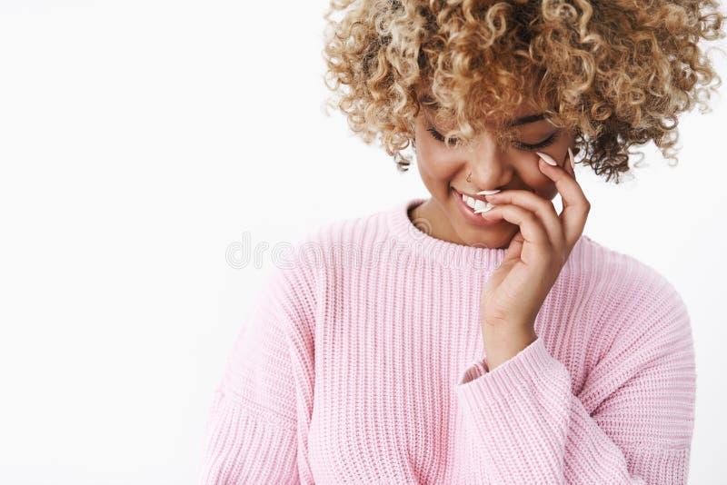 Primo piano sparato della donna afroamericana tenera romantica e sveglia in maglione caldo comodo alla moda che guarda gi? timido immagini stock libere da diritti
