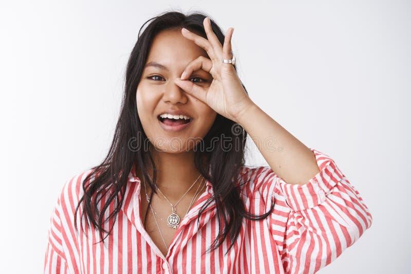 Primo piano sparato giovane del malese ottimista felice e spensierato uscente femminile in blusa a strisce con la rappresentazion immagini stock