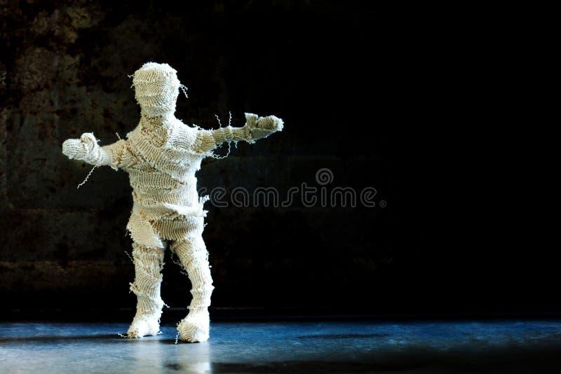 Primo piano spaventoso del carattere della mummia dello zombie Spazio drammatico della copia del fondo di Halloween fotografie stock libere da diritti