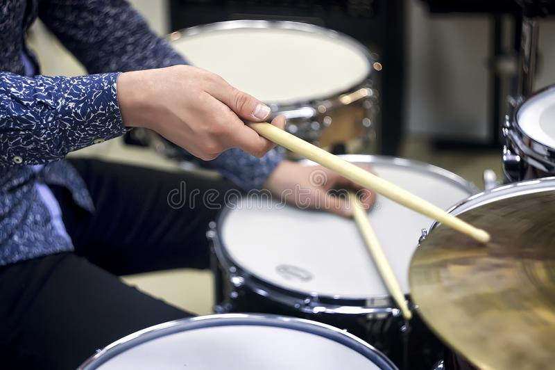 Primo piano stabilito del tamburo professionale Batterista con i tamburi, concerto di musica in diretta fotografia stock