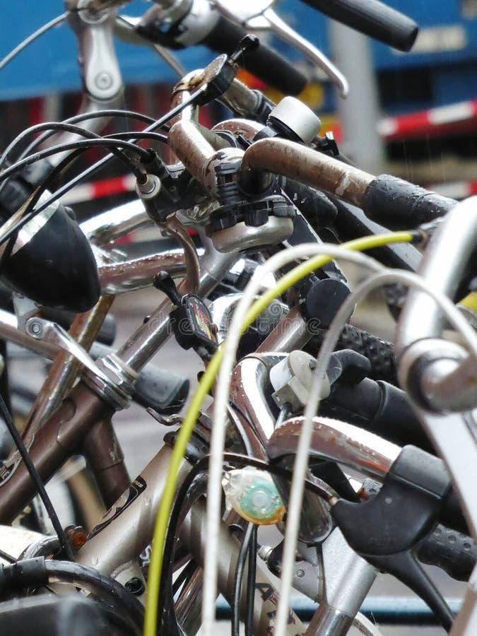 Primo piano su bike& x27; manubri di s fotografia stock libera da diritti