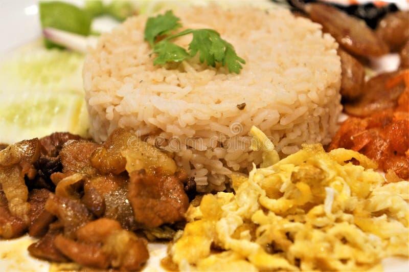 Primo piano su un piatto della pasta dei gamberetti e del riso fritto fotografie stock