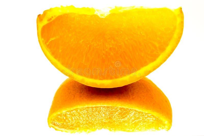 Primo piano su un quarto di arancia con riflesso fotografia stock libera da diritti