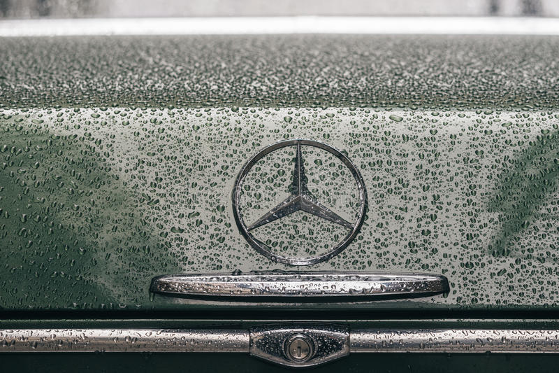 Primo piano sul logo dell'emblema di retro automobile di Mercedes-Benz immagini stock