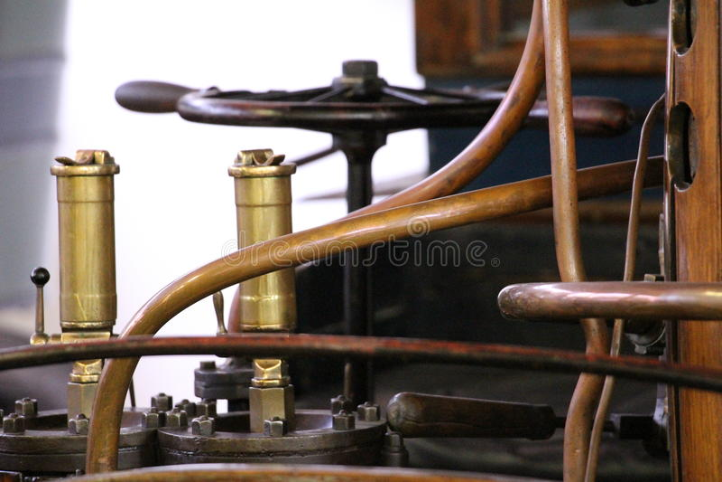 Primo piano sul macchinario ed i regolamenti di vecchia automobile dell'automobile fotografie stock