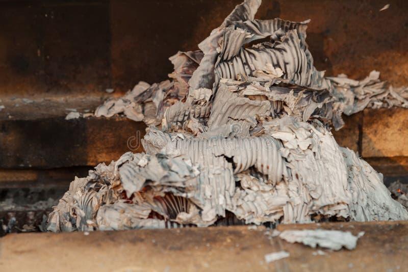 Primo piano sulla cenere grigia da carta bruciata fotografia stock