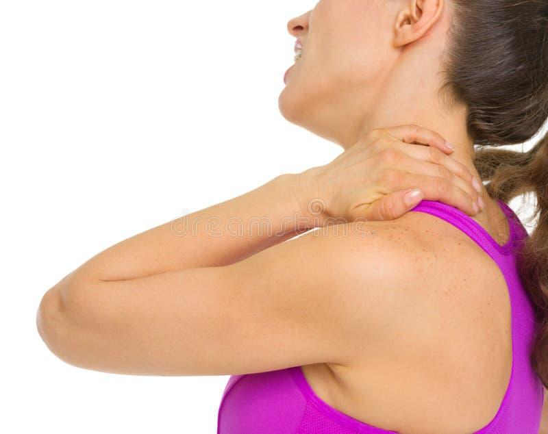 Primo piano sulla donna con dolore al collo immagine stock