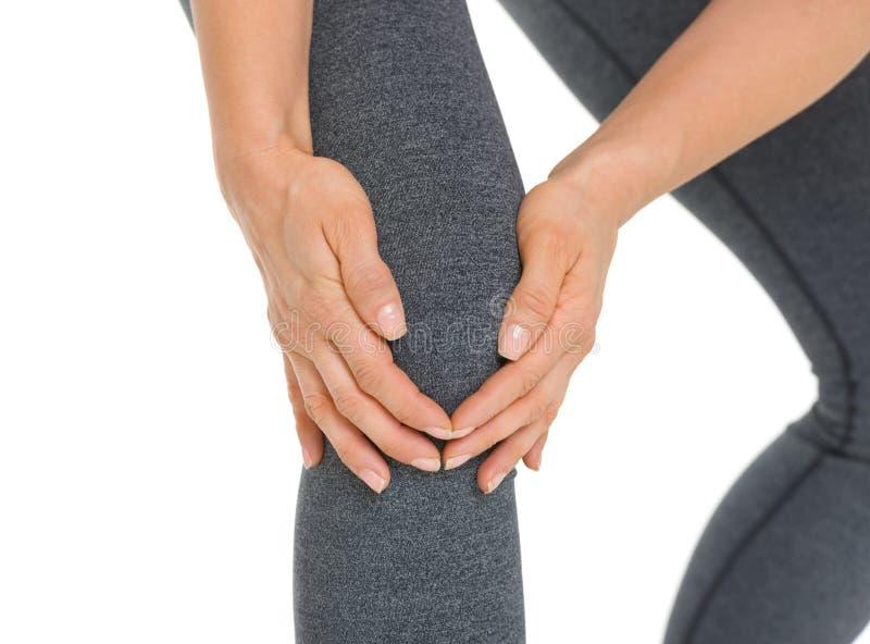 Primo piano sulla donna con dolore del ginocchio fotografia stock