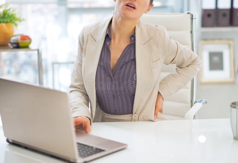 Primo piano sulla donna di affari con dolore alla schiena fotografia stock