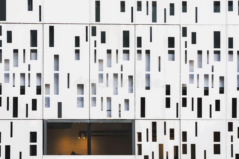 Primo piano sulla geometria architettonica del dettaglio della facciata fotografia stock libera da diritti