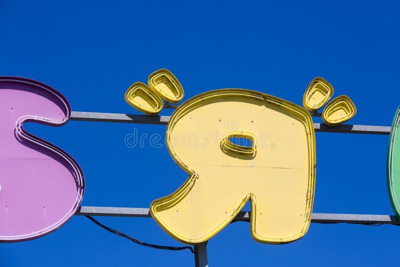 primo piano sulla R del bordo del segno di Toys R Us sopra il negozio fotografia stock