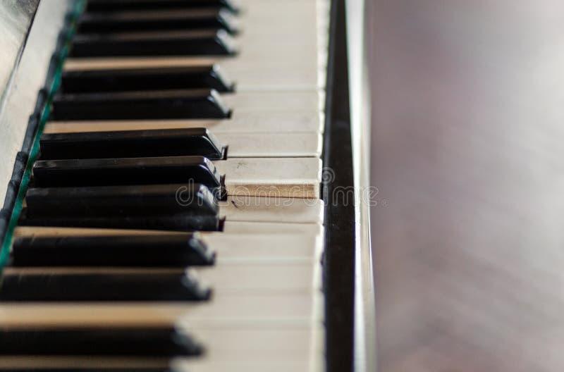 Primo piano sulla vecchia tastiera di piano rotta Strumenti d'annata immagini stock