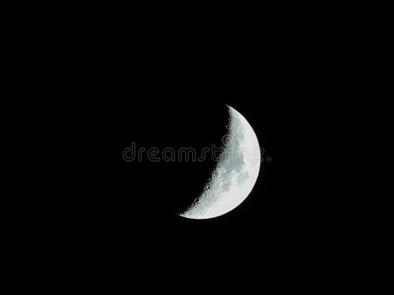Primo piano tagliente stesso della luna crescente in aumento nel cielo notturno fotografia stock