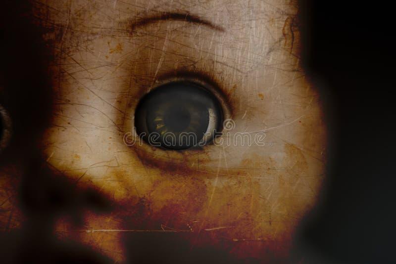 Primo piano terrificante dell'occhio della bambola immagine stock libera da diritti