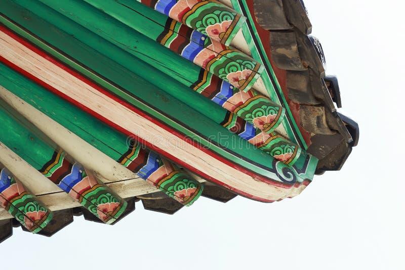 Primo piano tradizionale coreano del tetto della pagoda contro il cielo fotografie stock libere da diritti