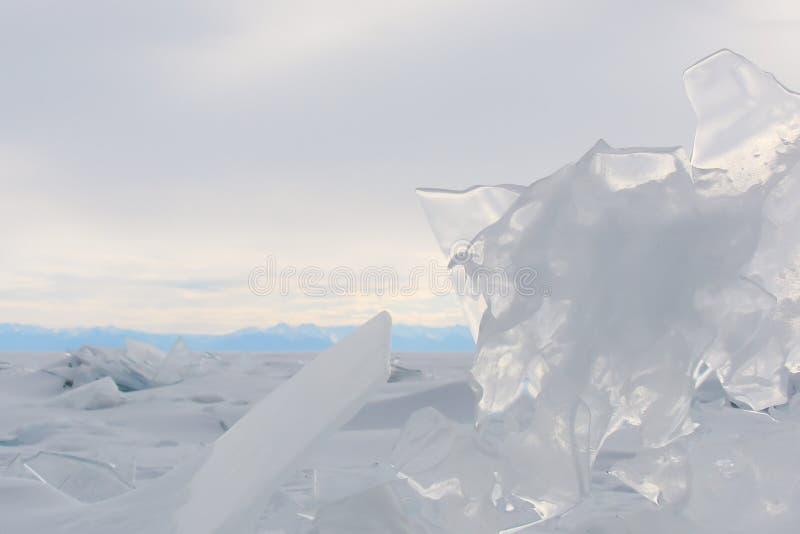 primo piano trasparente della scheggia del ghiaccio nei precedenti del paesaggio di inverno fotografie stock