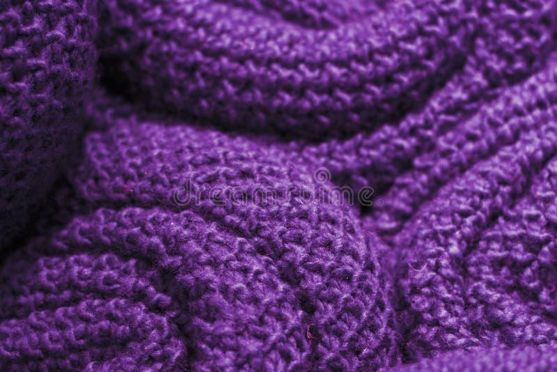 Primo piano tricottato di lana del tessuto di colore ultravioletto d'avanguardia, struttura, fondo immagine stock