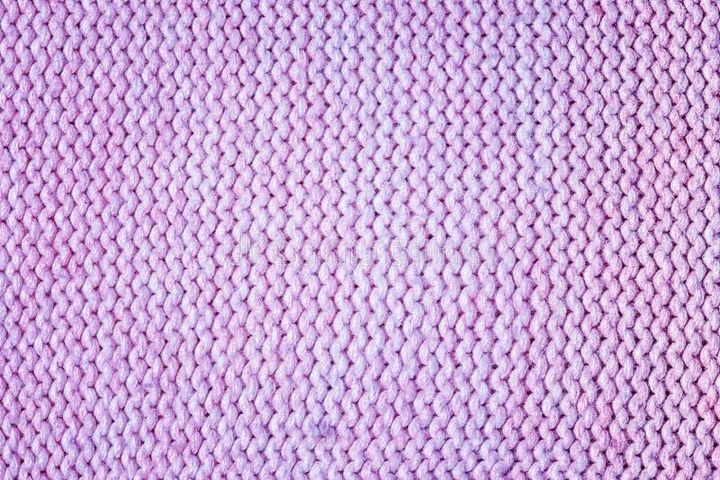 Primo piano tricottato di struttura Fondo lilla in bianco per le disposizioni Il lato sbagliato dell'tricotta fotografie stock libere da diritti