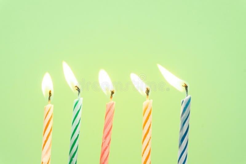 Primo piano variopinto delle candele di buon compleanno con un fondo pastello fotografia stock libera da diritti