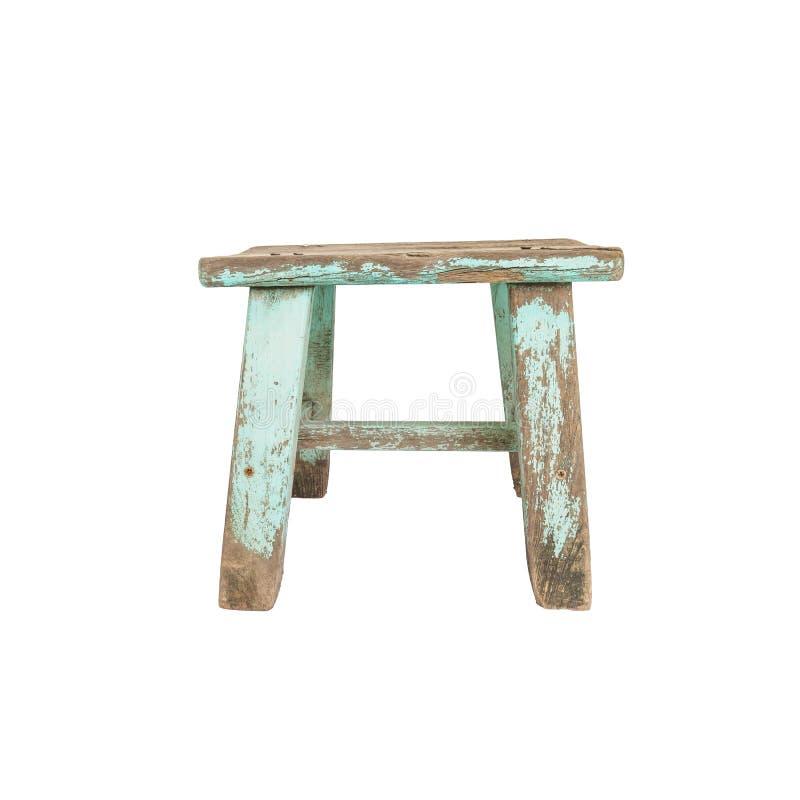 Primo piano vecchio e piccola sedia di legno pallida isolata su fondo bianco con il percorso di ritaglio fotografie stock libere da diritti