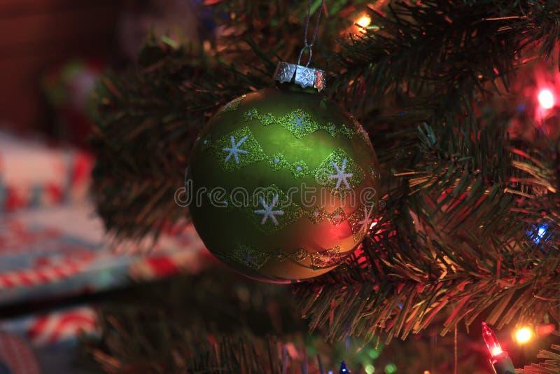 Primo piano verde della lampadina di Natale su un albero di Natale fotografie stock libere da diritti