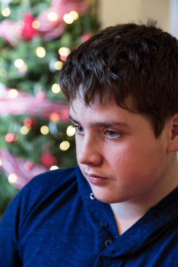 Primo piano verticale del ragazzo di faccia tonda accigliato sveglio dell'adolescente fotografie stock libere da diritti