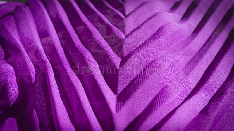 Primo piano viola variopinto del tessuto con struttura del tessuto fotografie stock
