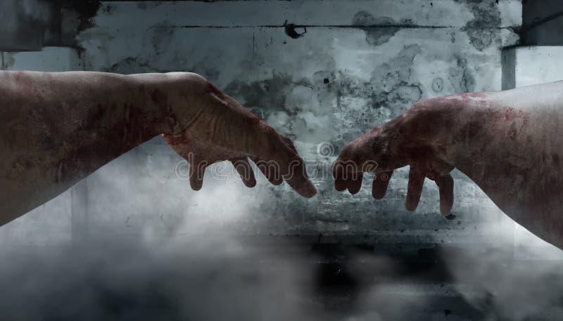 Primo punto di vista della persona delle mani dello zombie fotografie stock