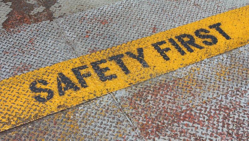 Primo segno di sicurezza sulla striscia di cautela fotografia stock