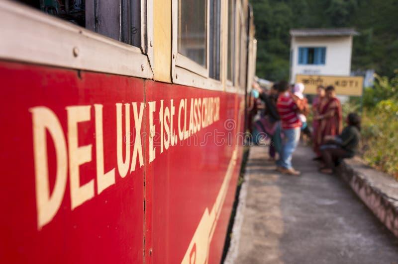 Primo treno di lusso della classe da Kalka a Shimla, India fotografia stock libera da diritti