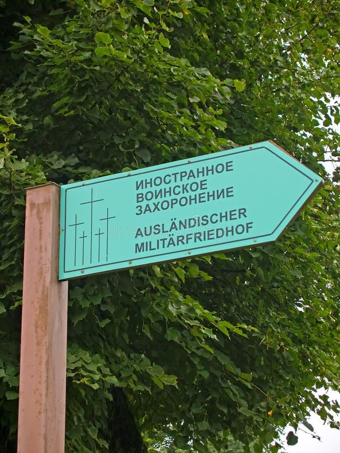 Primorsk, Rússia Fim militar estrangeiro do enterro do índice acima O russo, texto alemão - enterro militar estrangeiro foto de stock royalty free