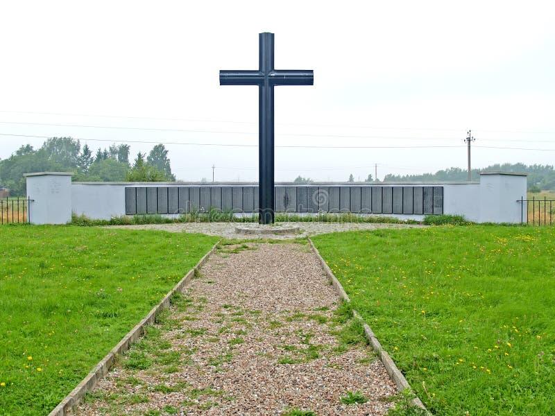 Primorsk, Rusia Una pared conmemorativa y una cruz memorable en el cementerio militar alemán de la Segunda Guerra Mundial fotos de archivo libres de regalías