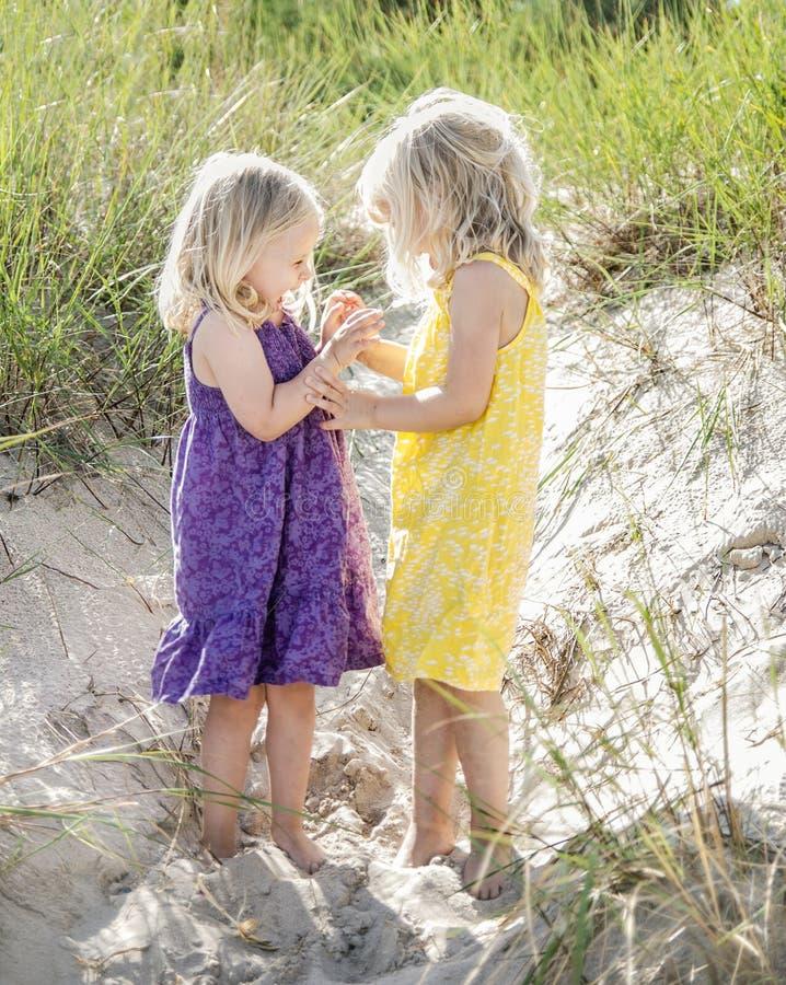 Primos que juegan cerca de la playa fotos de archivo